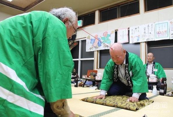 日本光头吸盘拔河赛 比比谁更光滑
