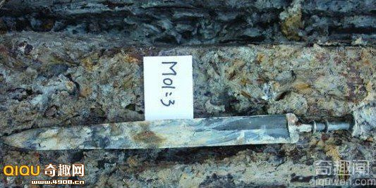湖南古墓内两千年前青铜宝剑光亮如新
