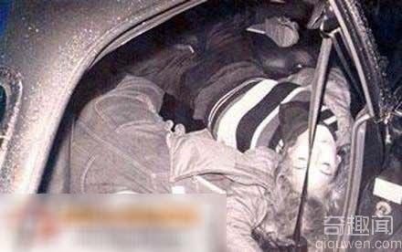车祸致意外暴露惨死的女人