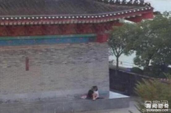 青年男女光天化日上演活春宫 在著名景点全裸野战被拍