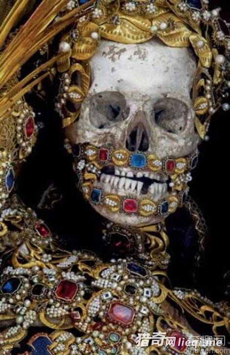 墓穴400年骷髅全身镶满珠宝 生前是贵族