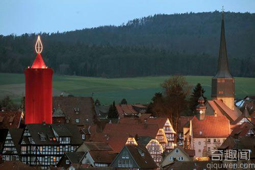 """高36米 世界上最大的""""蜡烛"""" 有140个灯泡"""