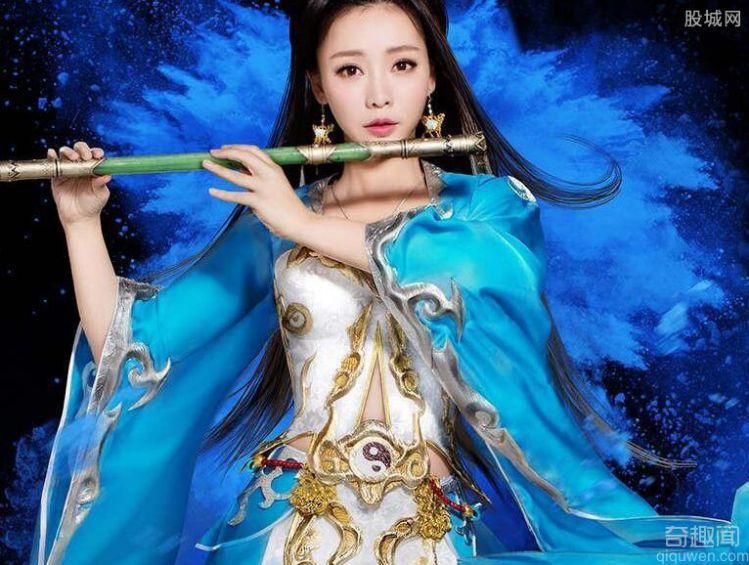 柳岩盔甲装超吸睛 柳岩穿低胸蓝色抹裙吸睛