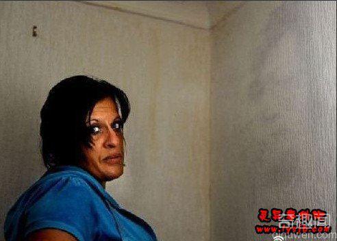 英女子卧室墙壁惊现奇异人脸 酷似去世丈夫