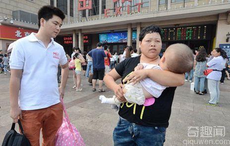 杭州乞讨大头娃娃进京治病 患脑积水1岁头围超成人