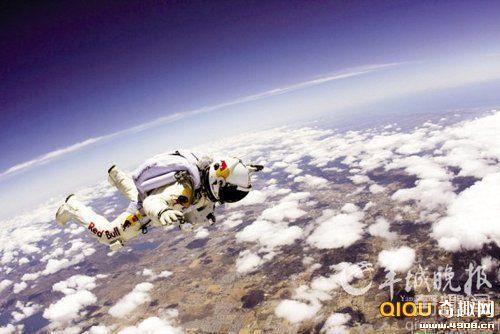 [图文]两男子欲从太空边缘跳伞争做超音速第一人