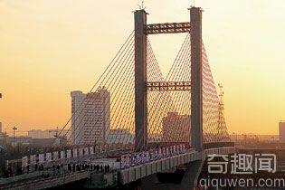 """世界最重转体桥称成功""""转身"""" 多项指标创世界第一"""