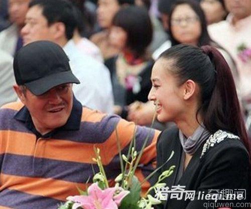 爆料者称赵本山被美女围绕 传赵本山与女弟子有染