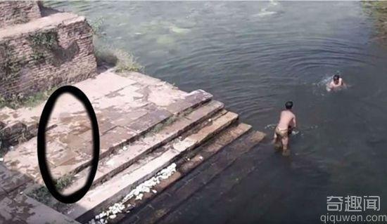 监控拍到鬼影跳水 就在玩水的小孩旁边