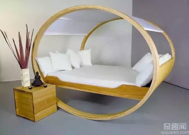 晚上躺在这样的床上做运动 肯定很爽哦