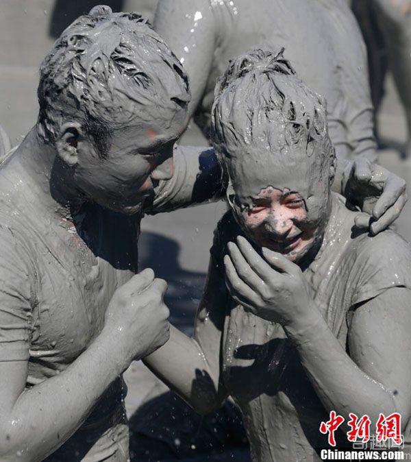韩国保宁泥浆节共享泥浴激情狂欢