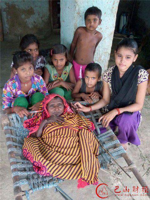 印度奶奶患怪病成婴儿 身高仅60厘米