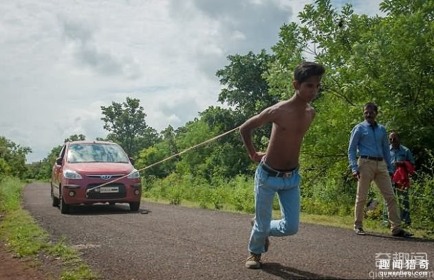 不可思议!印度少年能用肩胛骨拉动两辆小汽车