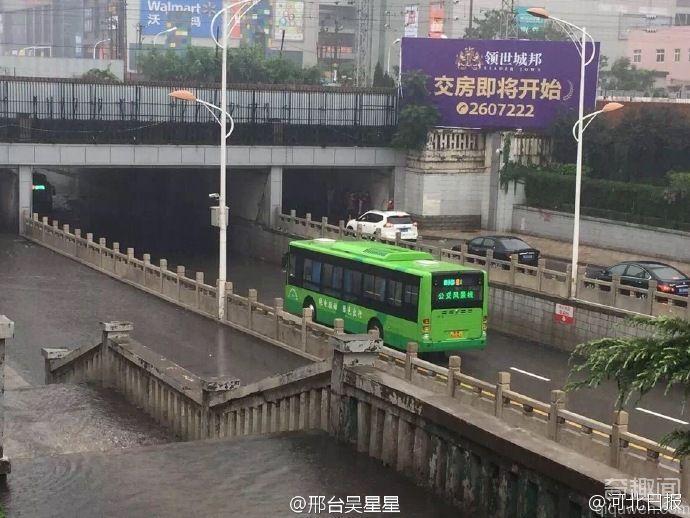 河北现最牛公交掉头 竟在狭窄道路瞬间掉头