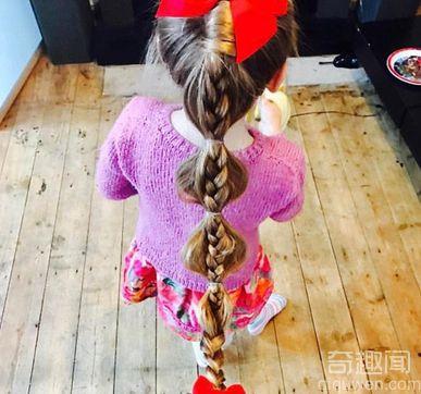 单身父亲为女儿扎头发 造型多变手艺精巧