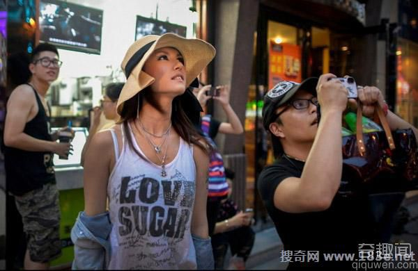 AV女星小泽玛利亚长沙性感演出 衬衫拍卖价过万