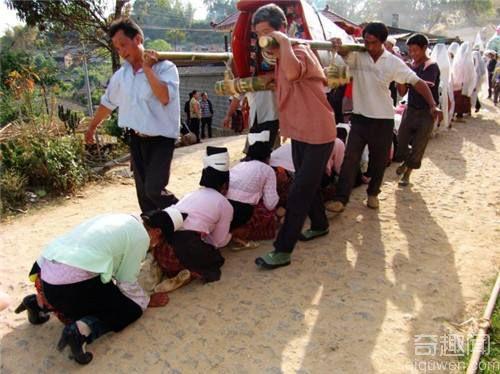 盘点全球最奇特的丧葬仪式:印度教水葬