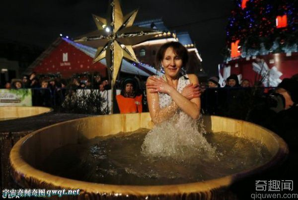 俄罗斯奇特的主显节:跳进零下17度的冰水湖中沐浴