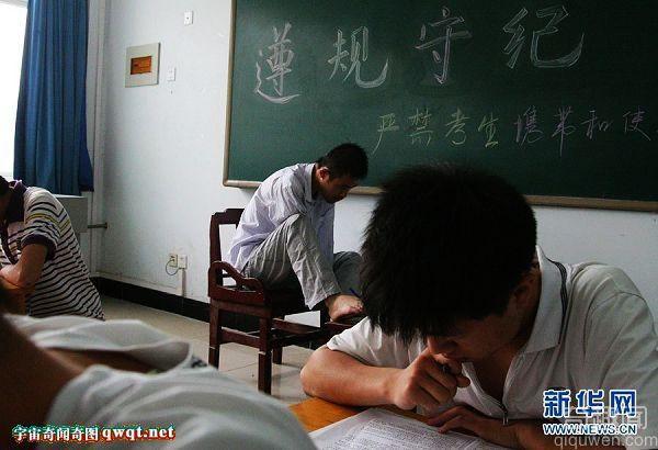 太励志!两无臂男孩用嘴脚战高考用意志答考题