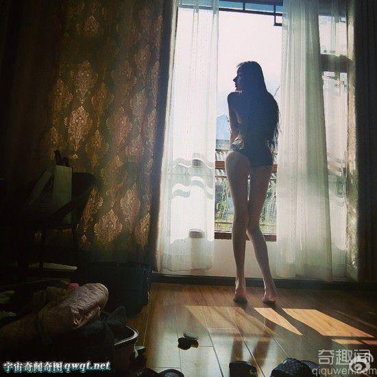 """网络爆红15岁整容""""蛇精"""" 尖脸白肤样子吓"""