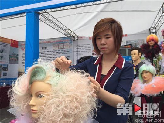 剪发剪成副教授 花费一百多万购买头模