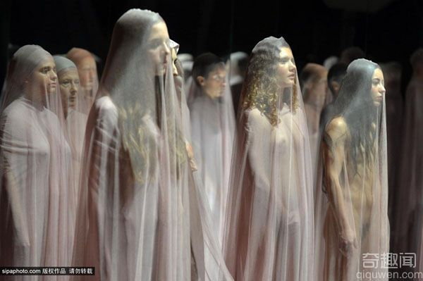 意大利女子裸身罩薄纱演绎行为艺术