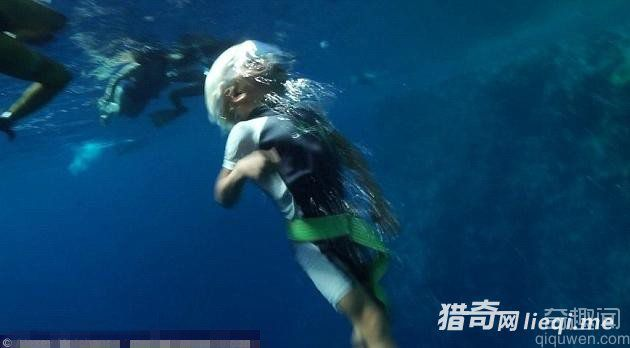 世界最小潜泳者 仅3岁就潜水10米