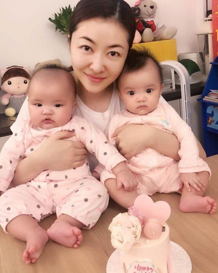 双胞胎女儿才六个月大,熊黛林就后悔没有早些为她们找学校