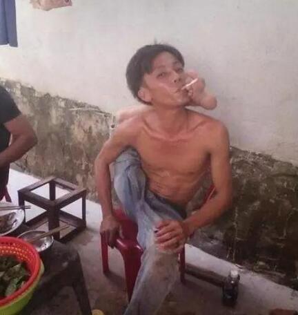 爆笑gif:大哥, 你能不能好好抽烟, 你这样让我瞬间不想吃饭了