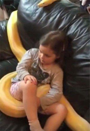女儿坐在沙发上看电视,看到她身上的东西,夫妻俩差点情绪失控