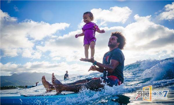 史上最萌!一岁宝宝淡定玩冲浪神态自若