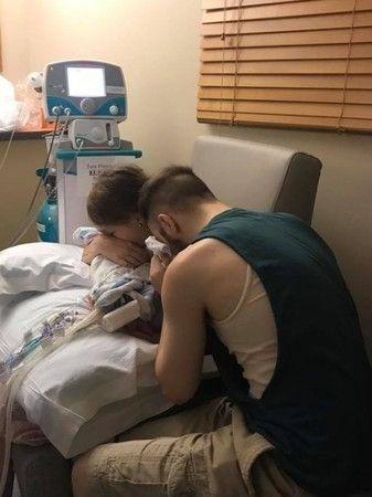 """刚出生女婴被大人""""亲吻""""8天后夭折,警告其他父母,任何人不要随便亲吻婴儿"""