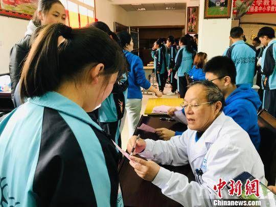 四川凉山:公益医疗队免费救治眼病患儿 两个月筛查2.8万人