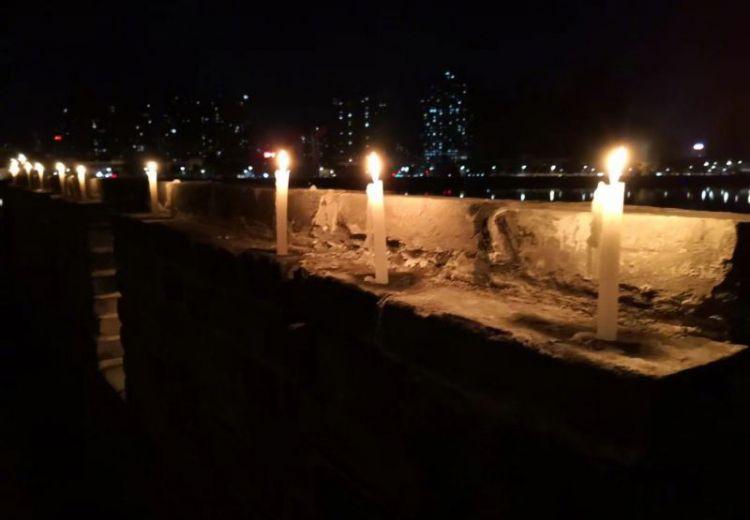 金庸先生去世,襄阳城被烛光点亮,郭靖黄蓉坚守襄阳历历在目