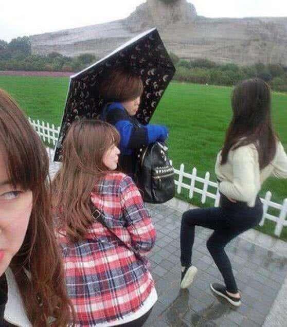 搞笑GIF图 妹子,你这造型太辣眼睛了,旁边的人都看不下去了