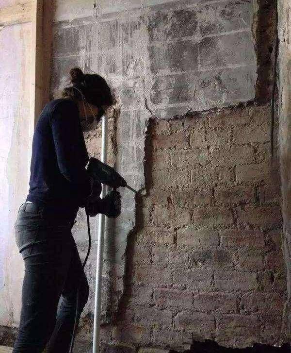 只因房子太贵,女孩买下臭气熏天的公厕,用半年时间改造成豪宅