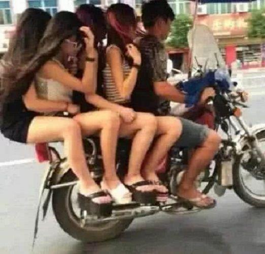 搞笑GIF图 哥们你是怎么做到的,一辆摩托竟然能搭这么多人