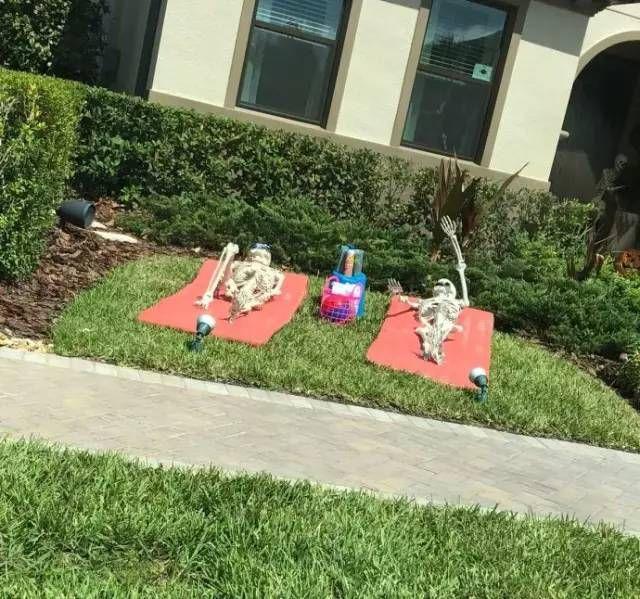 看到邻居的万圣节装饰,我真的被吓哭了!