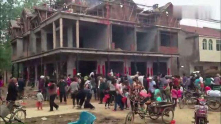 江苏一农村土豪新房盖成,在房顶上撒钱,引来大量群众疯抢