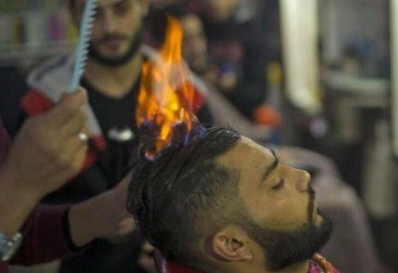 印度名族又开挂了,理发不用剪刀直接用火烧,顾客都颤抖了