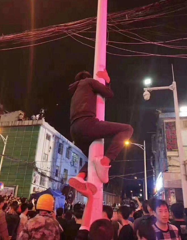 周星驰现身深圳拍新片,粉丝为看他一眼竟然爬上电线杆