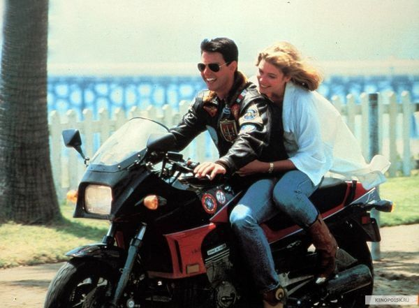 56岁阿汤哥骑摩托车,约女神兜风接吻,30年一点没变老