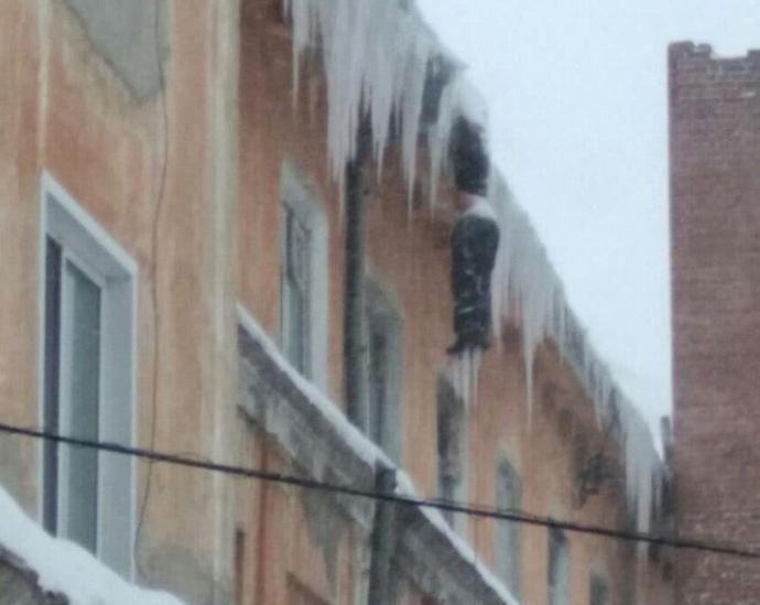 俄罗斯男子离奇死法,冻成巨大冰柱,悬挂在楼顶屋檐下