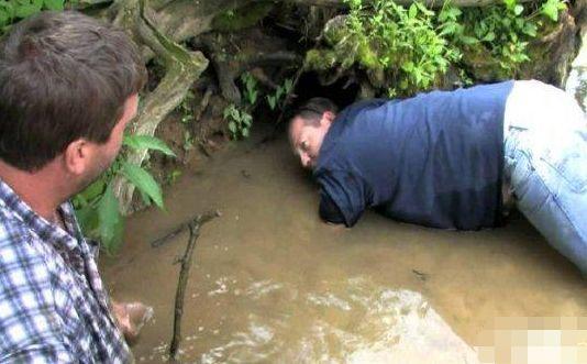 大叔山中发现一洞穴,伸手进去,下一秒他发出痛苦的叫声