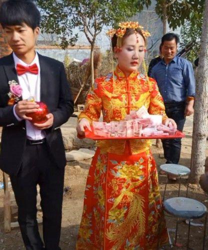 女子结婚端着盘子敬酒,瞧见盘子里的的东西,网友纷纷不淡定