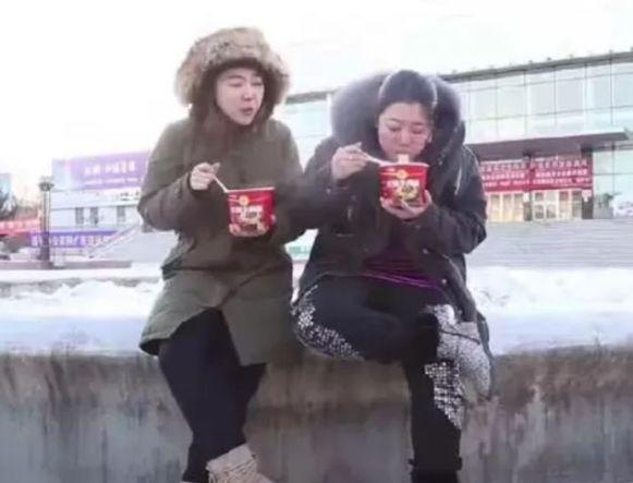 农民工女子在车站外吃泡面,举起筷子傻住,看到面让人不淡定