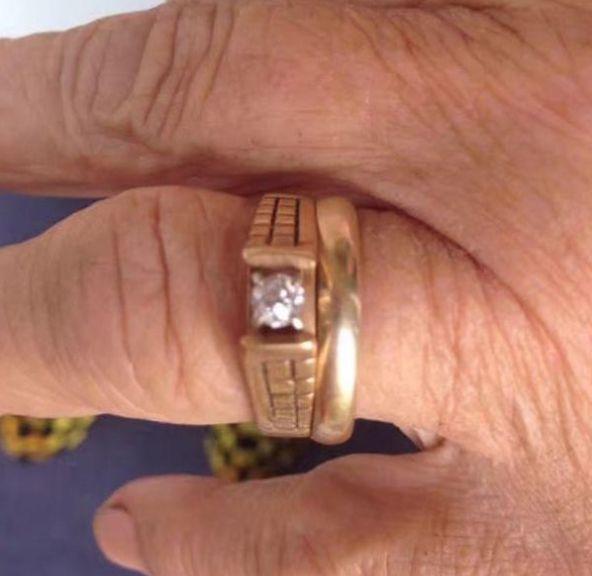 老奶奶在野外挖胡萝卜,发现丢失许久的戒指,却引发了一场爱恋