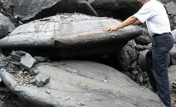 """男子在野外游玩,发现了""""飞碟""""状石头,连忙报告当地政府"""