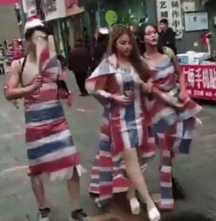 主播为走红竟围编织袋上街,路人投来异样眼光,美女却昂首挺胸
