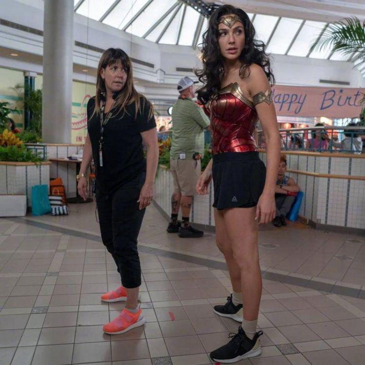 神奇女侠2杀青,盖尔加朵穿运动短裤,女神腿怎么练粗了